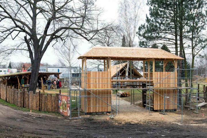 Das Eingangstor mit Wachtürmen steht: Das Historische Dorf zu Zwickau soll am 22. September endgültig fertig sein.