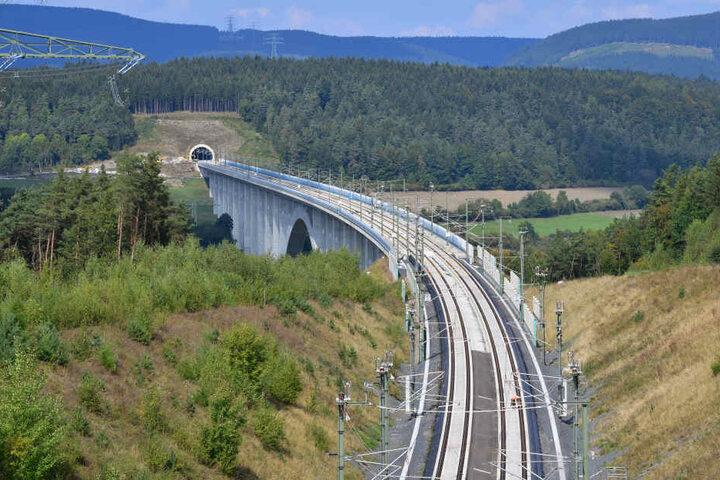Die neue Strecke führt zwischen Erfurt und Ebensfeld durch den Thüringer Wald.
