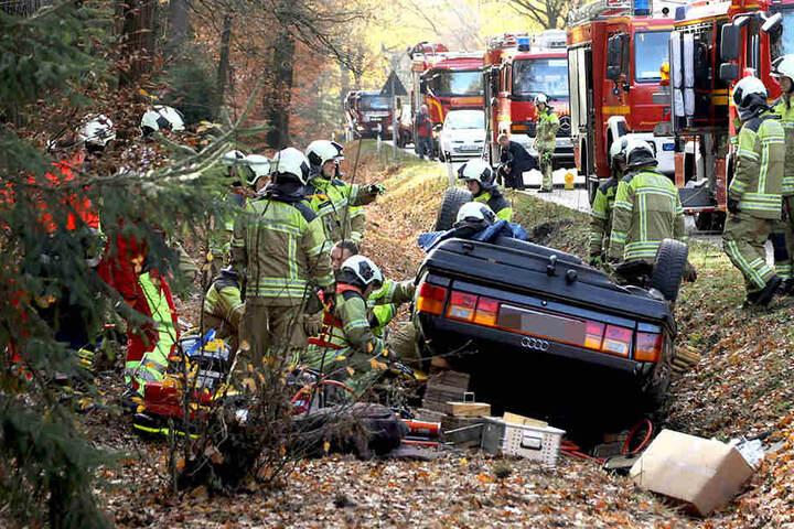 Nachdem ein Autofahrer die Kontrolle über seinen Wagen verlor, war er im Straßengraben gelandet.