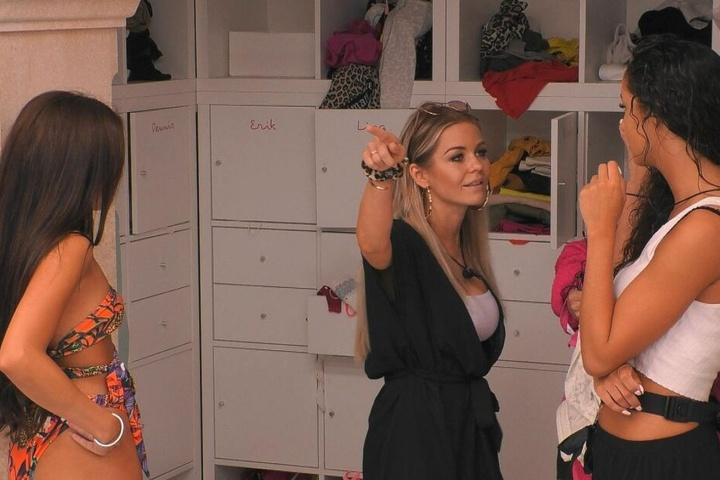 Love Island 2019: Julia geigt Samira (r.) die Meinung, nennt sie naiv, weil sie nicht checkt, welches Spiel Yasin mit ihr gespielt hat.