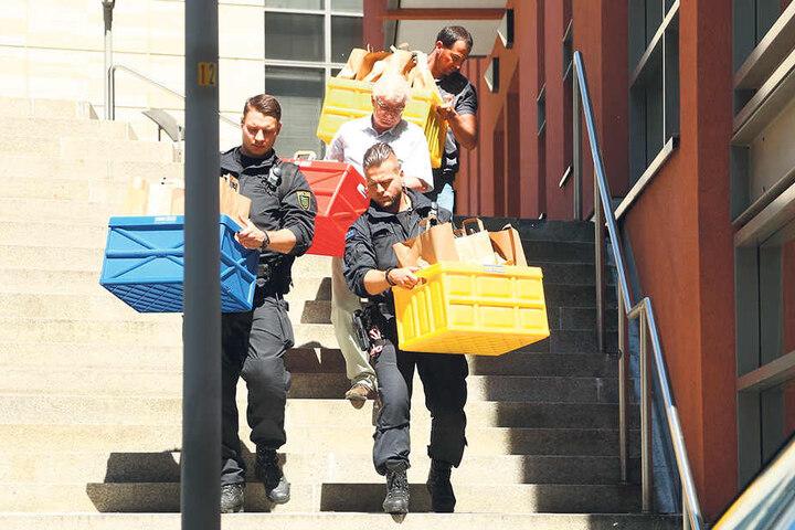 Kistenweise schleppten Polizisten im Juni 2016 Beweismaterial aus der  Lovoo-Zentrale in Dresden.