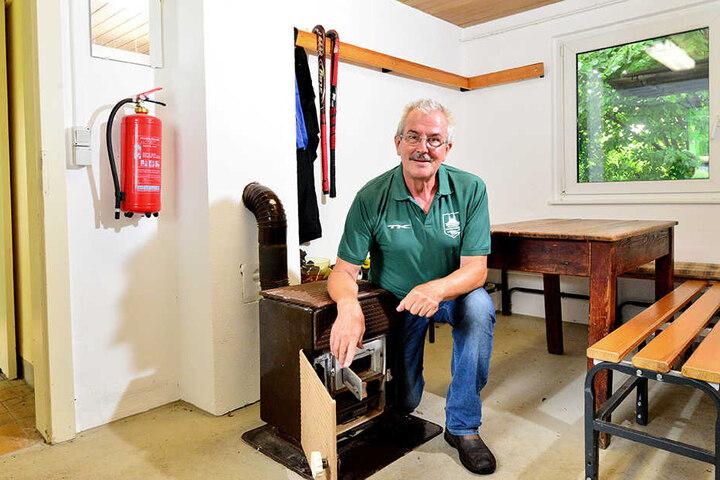 Platzwart Klaus Pietzsch (68) muss noch immer Kohleöfen befeuern.