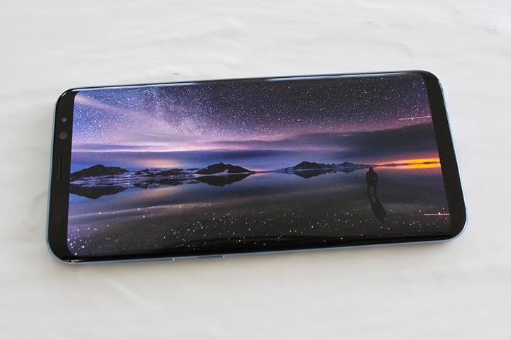 Das Samsung Galaxy S8 verfügt über einen so genannten Infinity-Bildschirm, der sich fast über die gesamte Front des Geräts erstreckt. An der Längsseite ist quasi kein Bildschirmrand mehr zu erkennen.