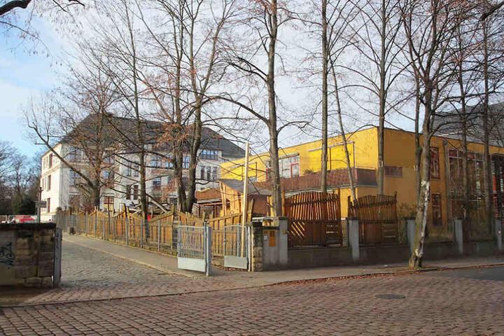 Vor dieser Schule auf der Bünaustraße befummelte sich der 46-Jährige.