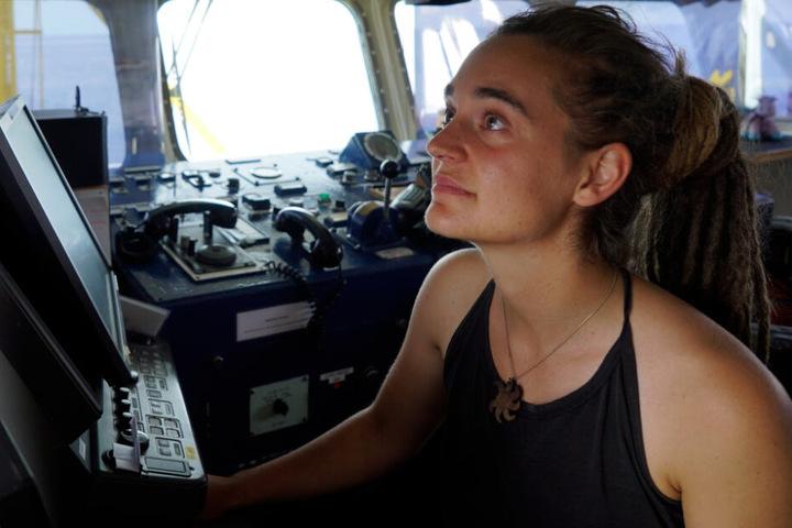 Die Kapitänin schaut an Bord der Sea-Watch-3 auf einen Monitor.