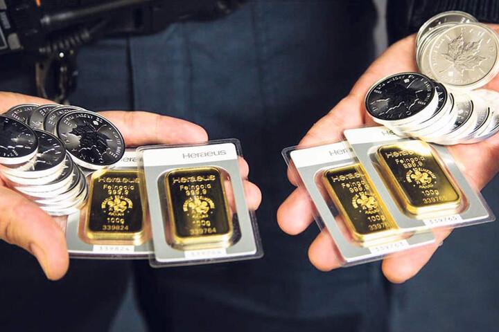 25 Silbermünzen und vier Goldbarren klimperten verheißungsvoll in dem Paket.