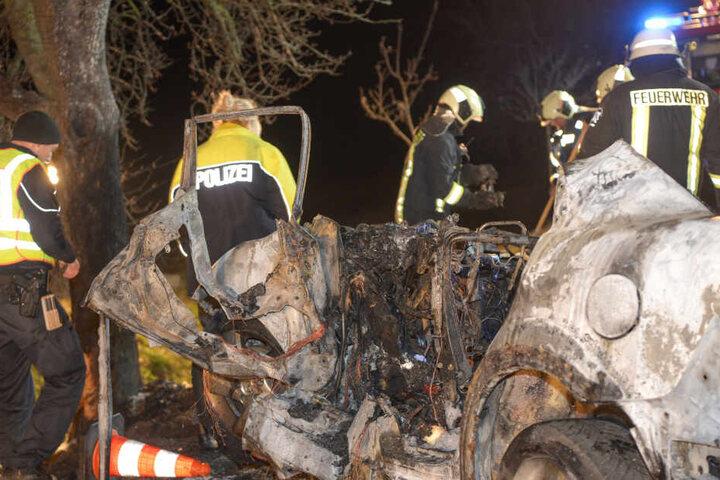 Ein Ersthelfer konnte einen Säugling noch rechtzeitig aus dem brennenden Fahrzeug ziehen. Für die drei anderen Insassen kam jede Hilfe zu spät.