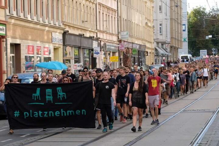 Nach Behördenschätzungen nahmen an den Gegenprotesten etwa 500 Menschen teil.