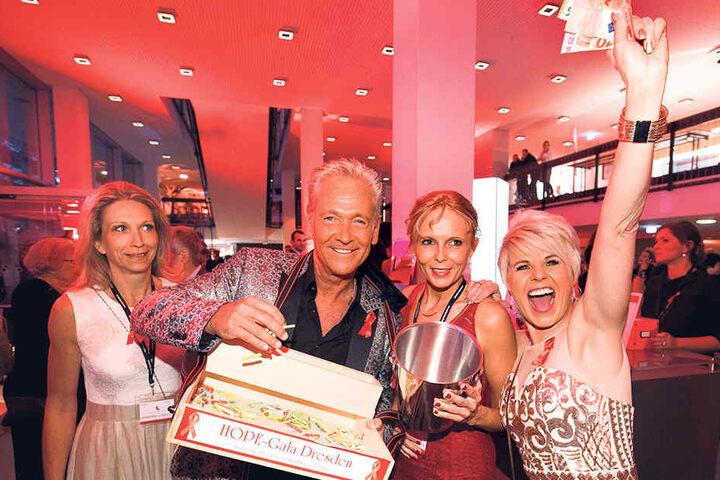 Schlagerstar Olaf Berger (53) und Linda Feller (51, r.)  bringen ruck, zuck ihre Tombola-Lose an die Gäste.
