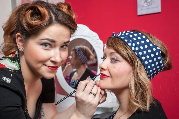 Auch das Make-Up gibt es bei Franziska Illig-Böttger in passender 50er-Jahre-Optik.