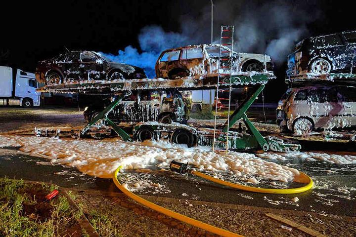 Auf dem Parkplatz brannte der Anhänger dann komplett.