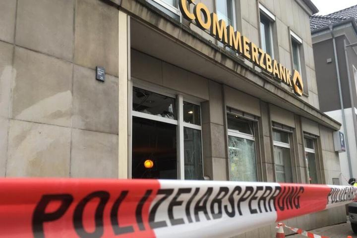 Die Panzerscheiben der Bank zersplitterten durch die Detonation.