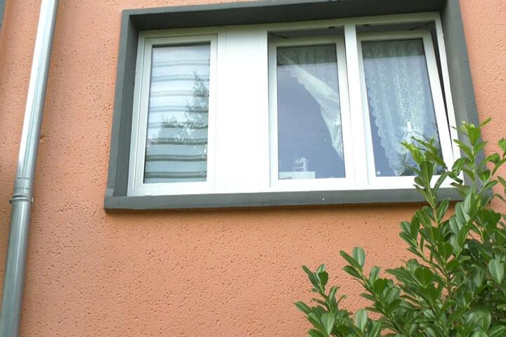 Die Täter schossen auf das Wohnhaus - und trafen bei offensichtlich den 34-Jährigen Bewohner.
