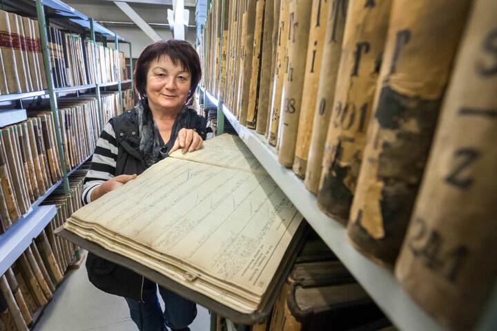 Gabriele Viertel mit einem Meldebuch, das sie vorm Hochwasser 1977 retten konnte.