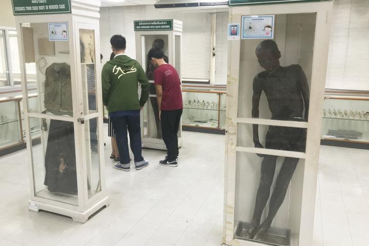 Die Leiche wird auch weiterhin ausgestellt.