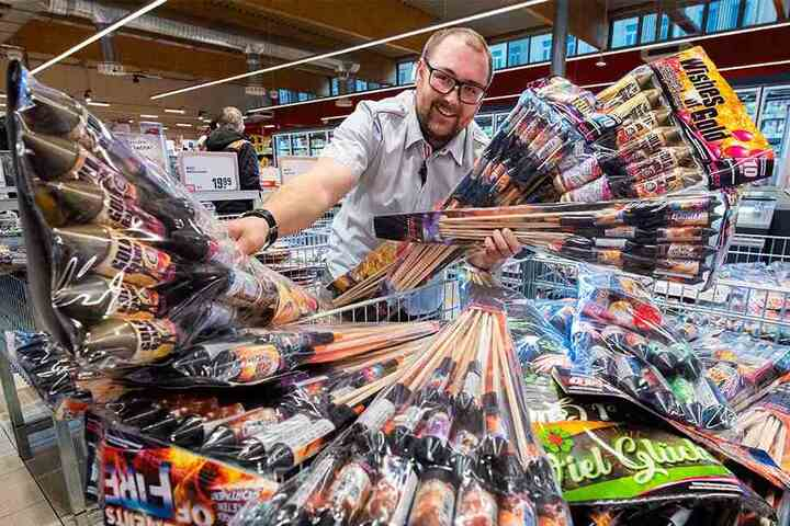 Verkaufsstart von Feuerwerksraketen und Böllern in Chemnitz. Auch im Rewe an der Limbacher Straße wartet ein großes Sortiment, so Marktleiter Marcel Claus (28).