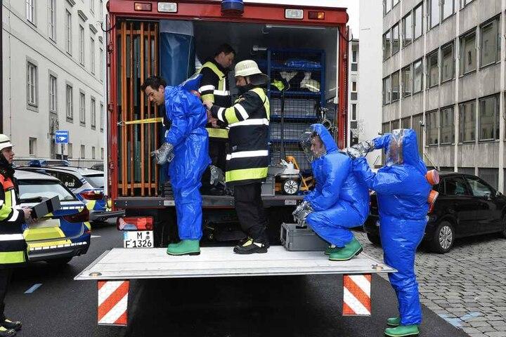 Nachdem ein Dekontaminationsplatz aufgebaut wurde, konnten die sechs Betroffenen ausgeschleust werden.