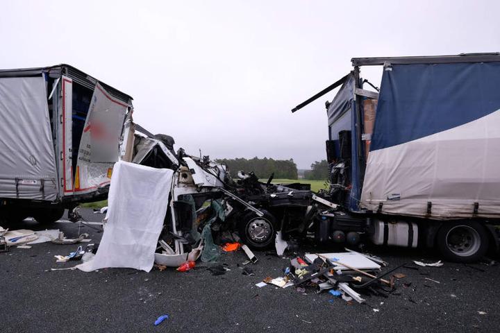 Das Führerhaus des verunglückten Sattelzuges wurde durch den Aufprall vollständig zerstört.