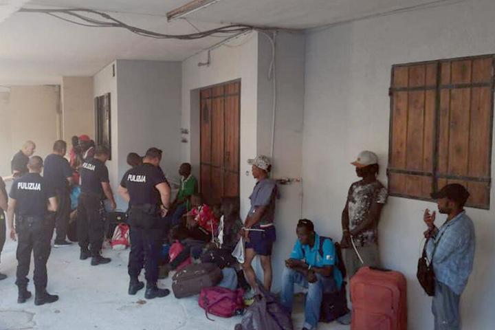 """Nach einer Razzia am Mittwoch in dem Ort Marsa erklärte die Planungsbehörde der Insel, die Migranten hätten unter """"unmenschlichen Bedingungen"""" gehaust."""