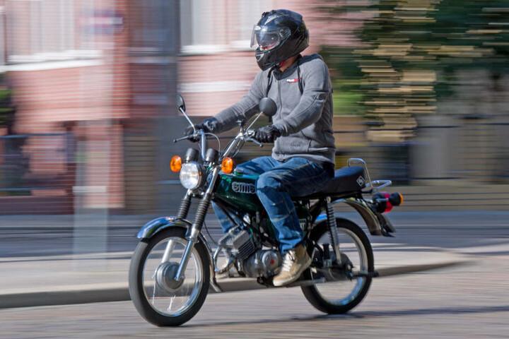 Der Jugendliche fuhr auf einer Bundesstraße, als sein Moped eine Panne hatte und ihn zum Anhalten zwang. (Symbolbild)
