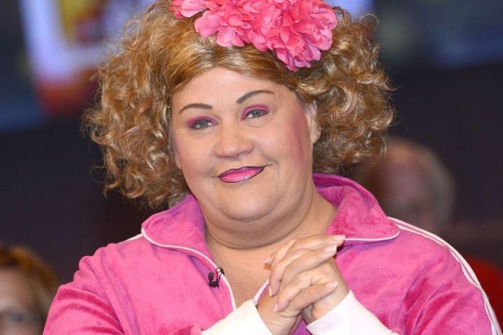 So kennen und lieben sie viele: Die Kunstfigur Cindy von Marzahn in ihrem pinken Jogginganzug.
