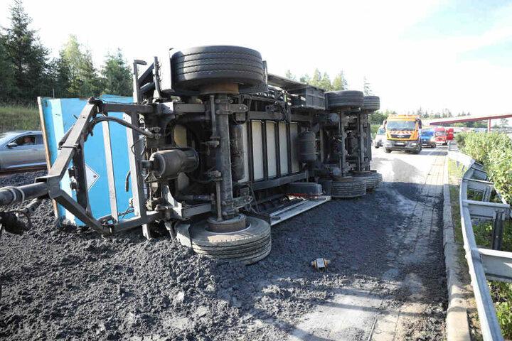 Der Anhänger stürzte, als der Fahrer die Kontrolle verlor.