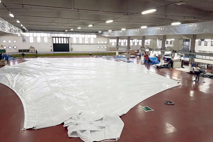 """In der Riesenhalle der Firma """"Canobbio"""" werden die PVC-Bahnen zu einem Zelt  geschweißt und genäht."""