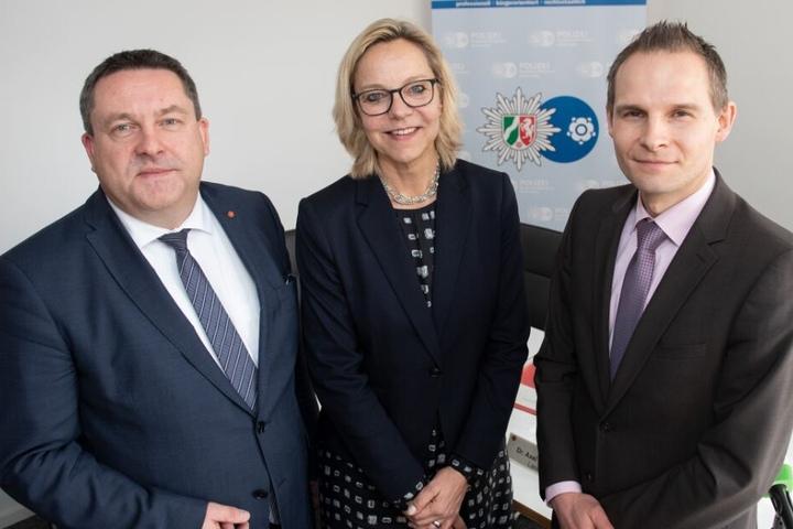 Landrat Axel Lehmann, Margit Picker,die neue Abteilungsleiterin der Polizei, und Matthias Brand, neuer Leiter der Direktion K, stehen zusammen.
