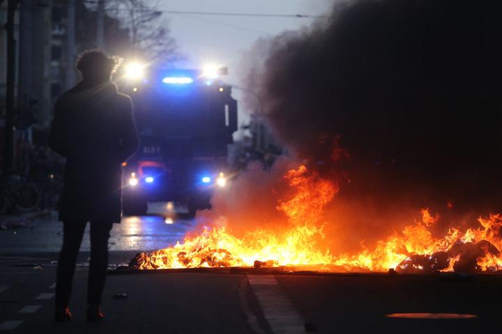 Die linksautonomen Randalierer warfen Steine und zündeten wie hier Barrikaden auf der Karl-Liebknecht-Straße an.