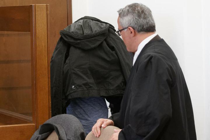 Einer der Angeklagten (links) am Donnerstag im Gericht in Köln.