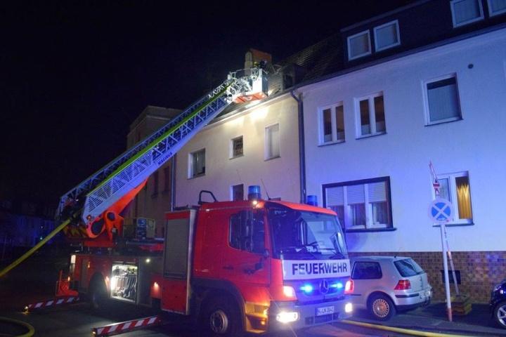 Die Feuerwehr setzte eine Drehleiter zum Löschen des Brandes ein.