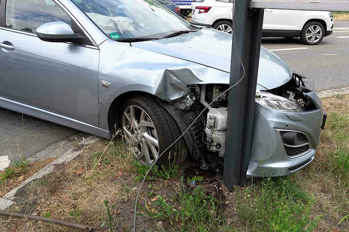 Bei dem Unfall wurden zwei Personen verletzt.