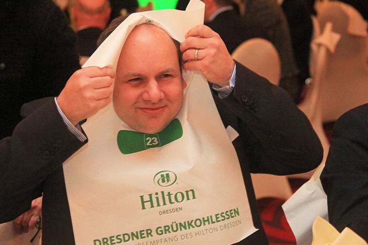 OB Dirk Hilbert (45) bindet sich das Grünkohl-Lätzchen um.