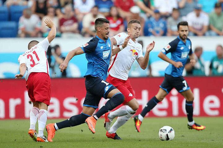 Hoffenheims Sandro Wagner (l) und Leipzigs Stefan Ilsanker kämpfen um den Ball.