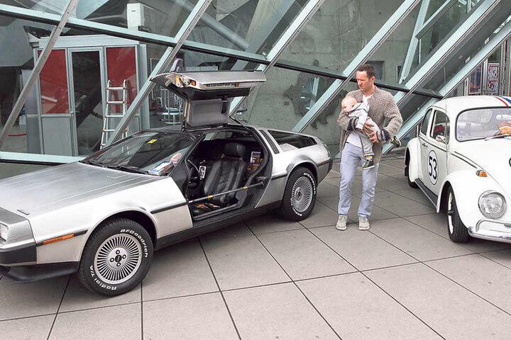 """""""Zurück in die Zukunft"""" mit einem echten DeLorean - die Filmautos vorm UFA-Kristallpalast zogen die Blicke auf sich."""