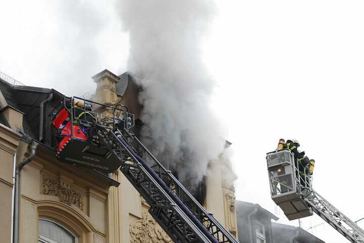 Über eine Drehleiter versuchte die Feuerwehr, die Flammen von außen zu löschen. Für zwei Menschen kam jede Hilfe zu spät.