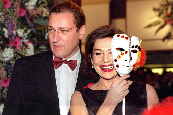 13.02.1999: Hannelore Elsner trifft mit ihrem damaligen Mann, Uwe Carstensen, zum 17. Frankfurter Opernball ein.