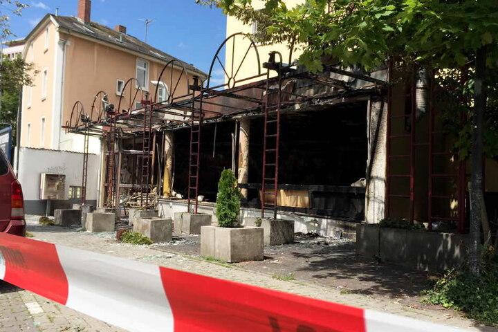 Die zerstörte Shisha-Bar am Morgen nach der Explosion, auch das angrenzende Wohnhaus wurde stark beschädigt.