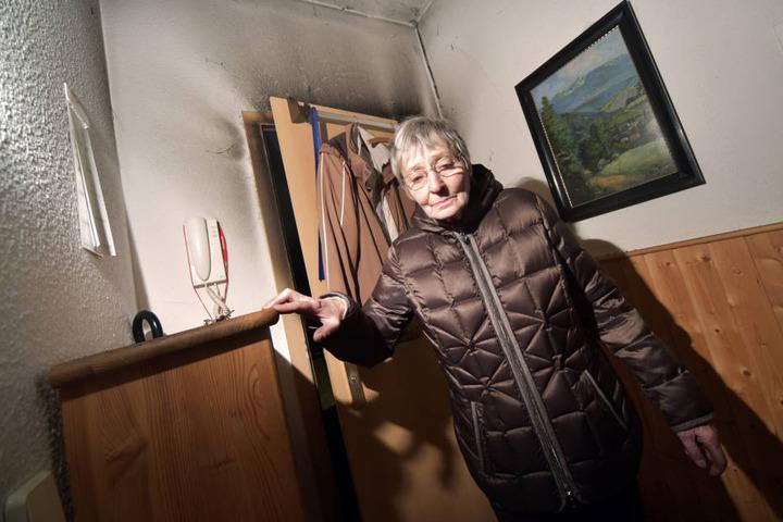 Die Flammen haben deutliche Spuren hinterlassen: Ute Hain (74) in ihrer Wohnung im ersten Stock.
