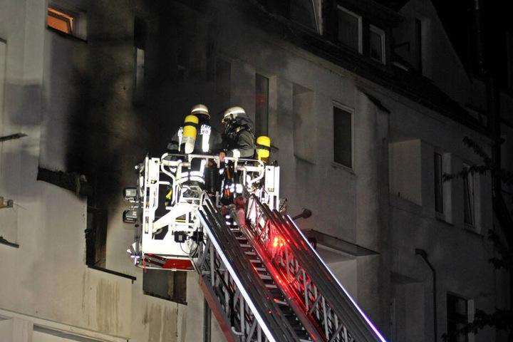 Die Feuerwehr ist bei einem Brand in einem Wohnhaus im Einsatz.