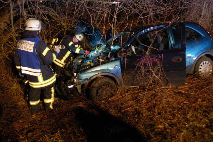 Der Opel landete nach dem heftigen Unfall im Straßengraben.