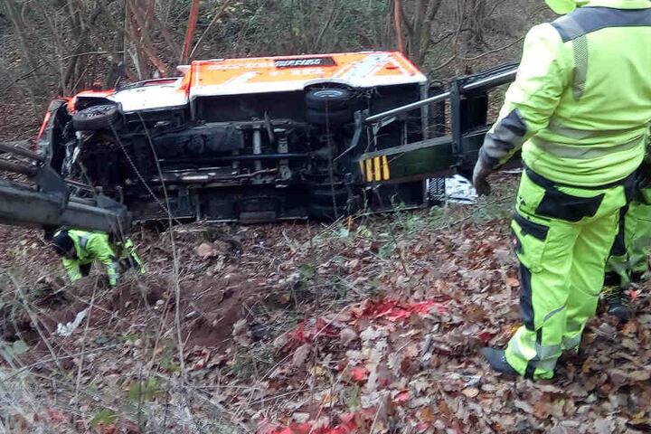 Das Fahrzeug samt Fahrer stürzte eine Böschung herab.