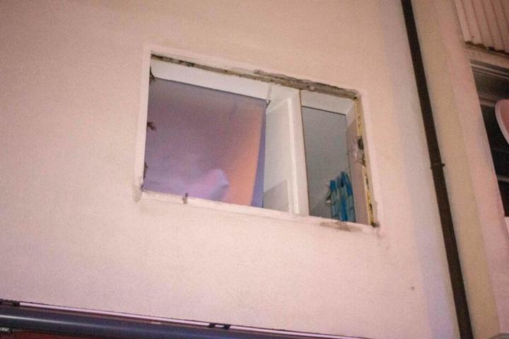 Die Druckwelle der Explosion sprengte das Fenster der Wohnung ab.