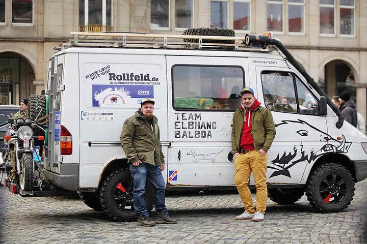 Auch Clemens und Adam (v.l.) sind mit ihrem Mercedes-Sprinter bei dem Abenteuer dabei.