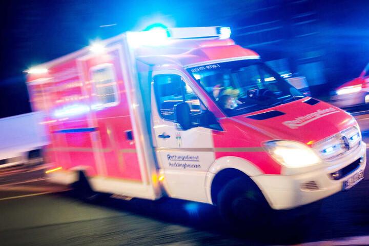 Ein Mann musste mit dem Rettungswagen ins Krankenhaus gebracht werden. (Symbolbild)