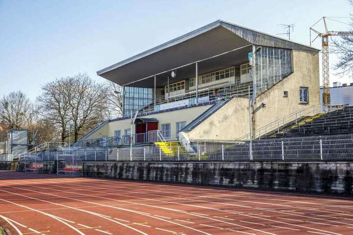 Die Südtribüne des Heinz-Steyer-Stadions muss abgerissen werden.