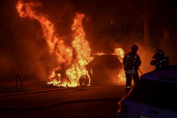 Die Feuerwehr konnte die beiden Opel nicht mehr retten.