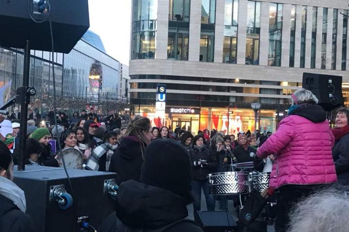 Auf der Bühne animierten auch Trommler die Menschentraube.