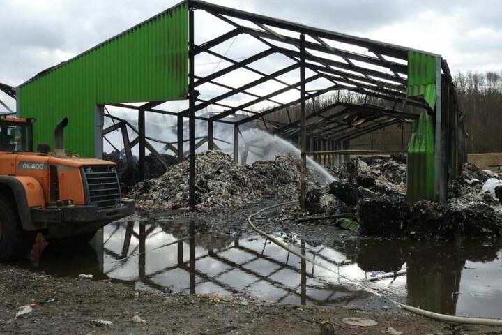 Komplett ausgebrannt stehen nur noch die Metallträger der Lagerhallen am Dienstagvormittag da.