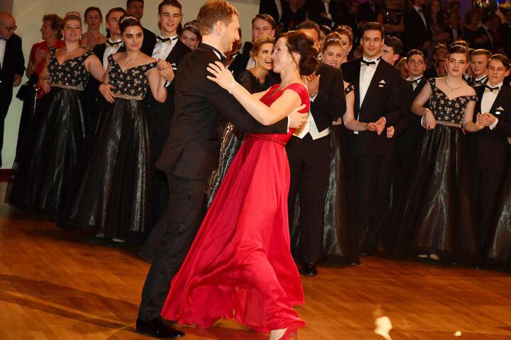 Der Ministerpräsident tanzt mit seiner Lebensgefährtin Annett Hofmann auf dem Semperopernball.
